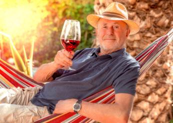 Mann mit einem Glas Wein